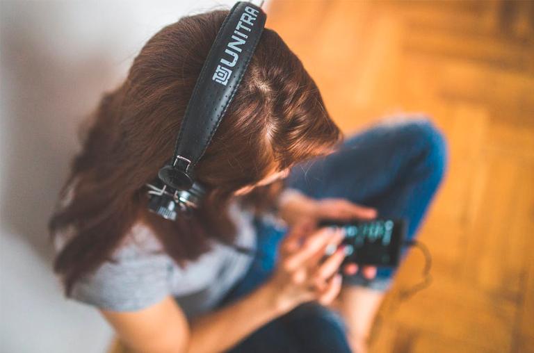 Como aprender inglês com música